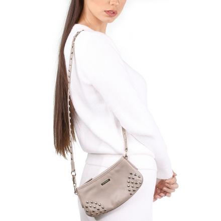 VieTrendy-Burberry-Crossbody-Beige-Bag-with-Model