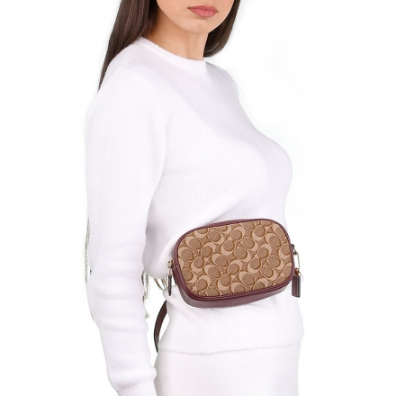 VieTrendy-Coach-Belt-Bag-with-Model