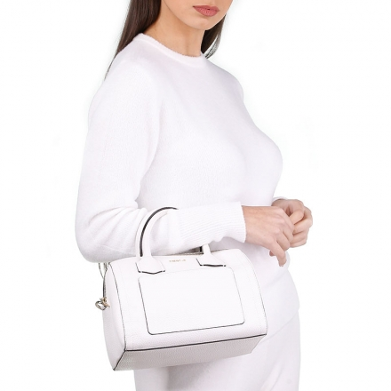 VieTrendy-Furla-Alba-White-with-Model