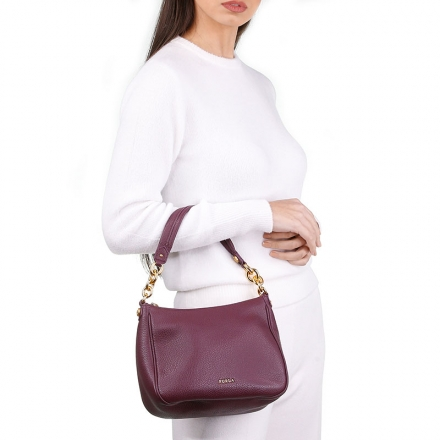 VieTrendy-Furla-Cometa-hobo-Cherry-with-Model