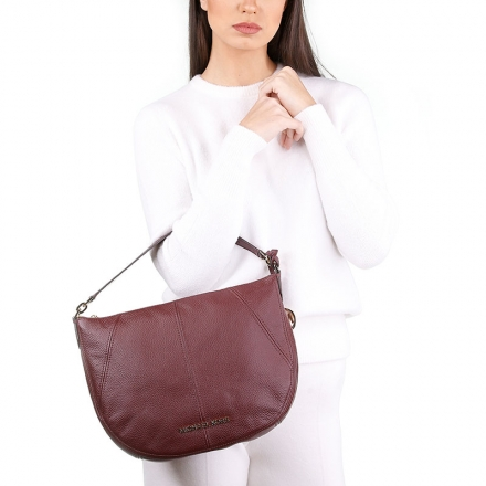 VieTrendy-Michael-Kors-Brooke-Large-Pebbled-Leather-Merlo-with-Model