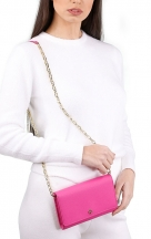 VieTrendy-Tory-Burch-Crazy-Chain-Wallet-Pink-with-Model2