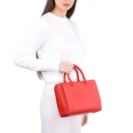 VieTrendy-Tory-Burch-Emerson-small-zip-Red-with-Model