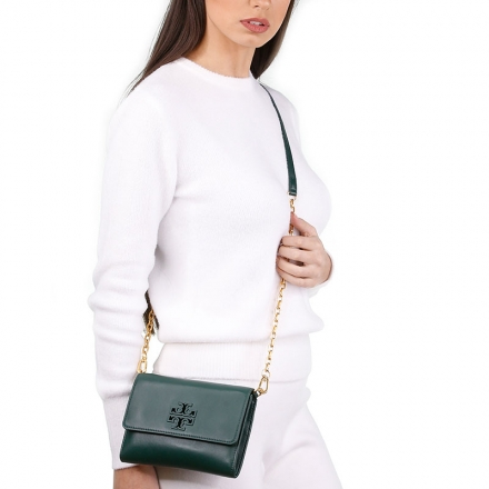VieTrendy-Tory-Burch-Lily-Chain-Wallet-Green-with-Model