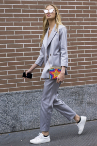 Street-Style-Suit-carrying-funky-clutch