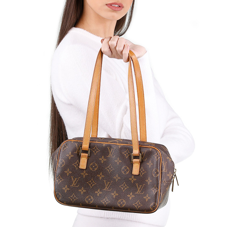 A lebanese girl carrying a handbag louis vuitton monogram borrowed for a month