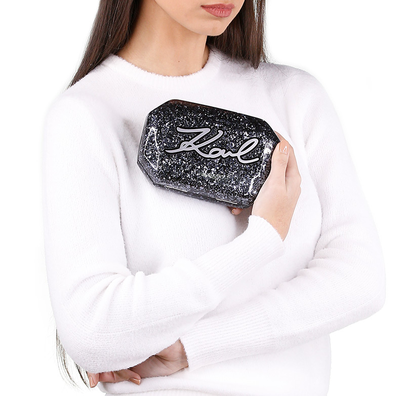 A middle eastern woman carrying blue and black clutch in her hand. Vietrendy rent clutches anytime