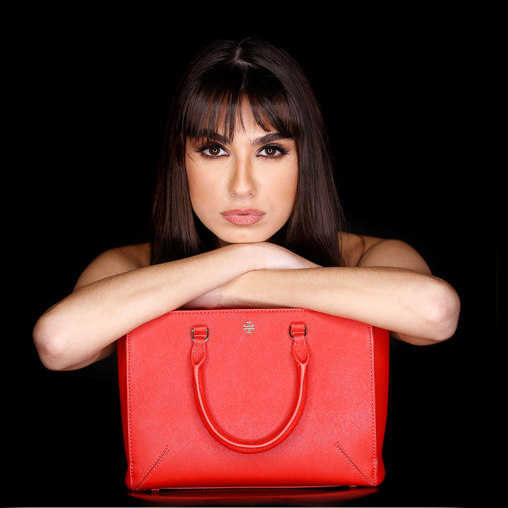 Vietrendy-a women with rented red Tory Burch bag